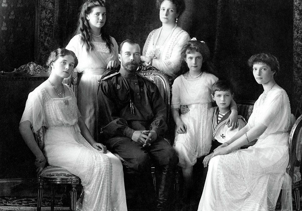 Представитель Романовых дал оценку пирожным с изображением царской семьи